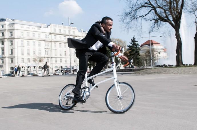 VELLO Bikeでサラリーマンも颯爽と