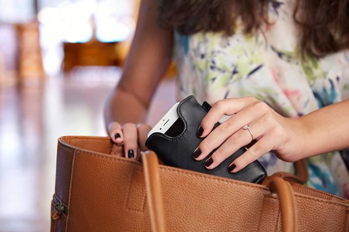 iPhoneでさえ「ワイヤレス充電」できるスリーブケースが登場!