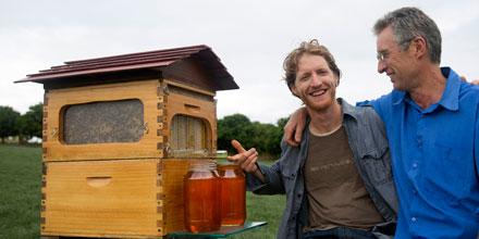 発明した養蜂家の親子