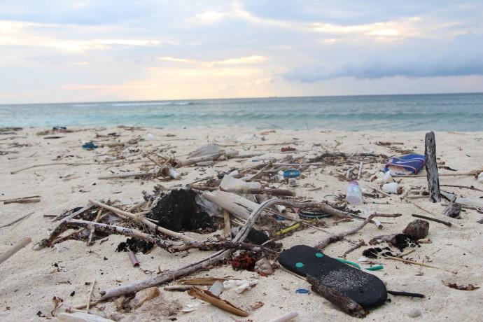 漂着ゴミ インドネシア ギリ 海岸