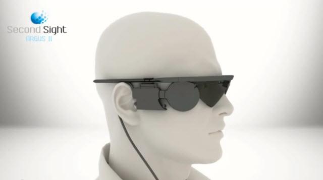 盲目男性が10年ぶりに妻の顔を見れた「魔法のサングラス」