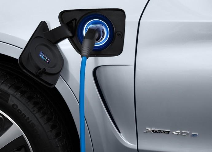 BMWが「次世代の本命PHV」の増強でCO2排出量削減に挑む