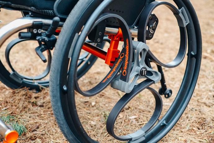 車椅子の行動範囲が広がる!スプリングで衝撃を吸収する「Loopwheels」