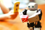 組み立てて育てる!3Dプリンターで作る小さな人型ロボット「PLEN2」