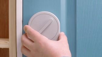 ドア鍵に被せるだけ!スマホで遠隔解錠できるスマートキー「セサミ」