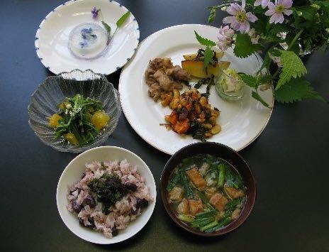 摘み菜を伝える会のセミナーでは、季節の摘み菜を摘み、料理で献立を制作。