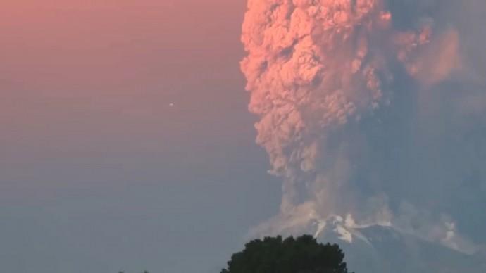 双子のUFOか!? チリ・カルブコ火山噴火現場に現れた謎の物体