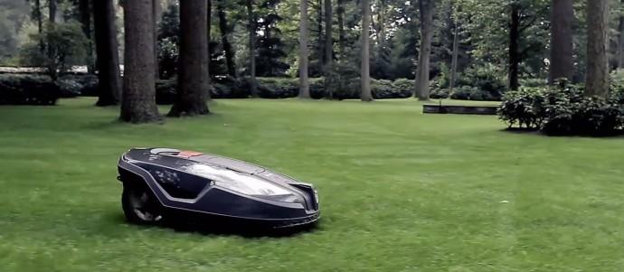 芝の手入れはコレにお任せ!? GPS搭載の「芝刈りロボット」が日本に上陸