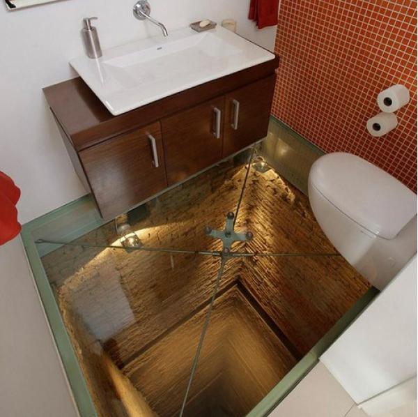 床がガラス張りのトイレ