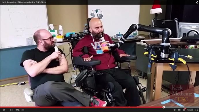 「脳直結操縦ロボットアーム」がなめらかで正確な動きを実現!