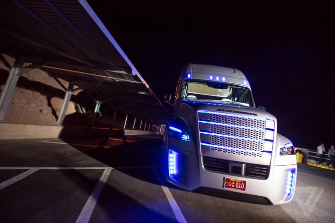 こんな巨大トラックが自動運転を始めて大丈夫なのか?世界ではじめて公道での試験が許可