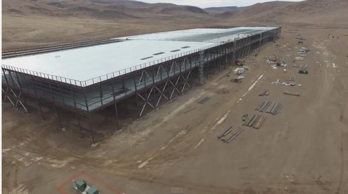 ドローンで空撮!テスラが建設中の巨大電池工場4Kビデオが公開