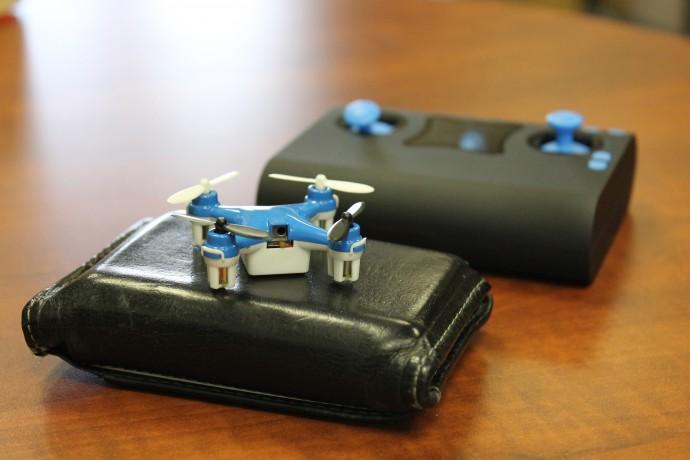 世界最小レベルの「WALLET DRONE」が登場!プロポ収納でポケットに入る