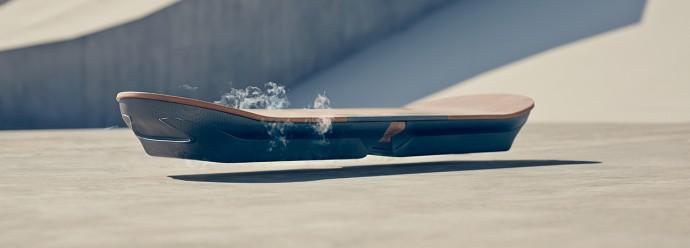 レクサスが高級車モチーフの「ホバーボート」を開発!? 動く原理は・・・