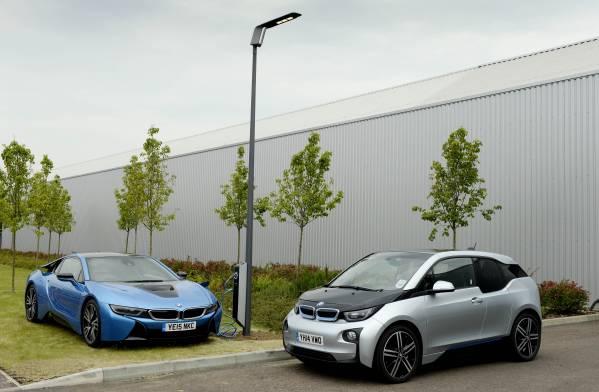 BMWがイギリスで世界初となる「充電システム合体式街灯」を展示