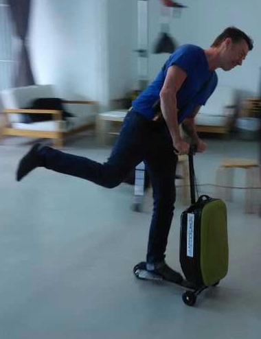 スーツケースが電動スクーターにトランスフォームする「Coolpeds Briefcase」