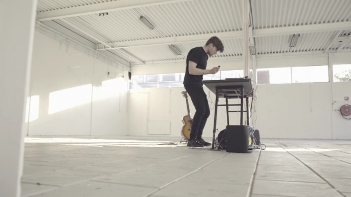 動きや描いた曲線が音楽に変わる?直感的動作で演奏するデジタル楽器「owow」