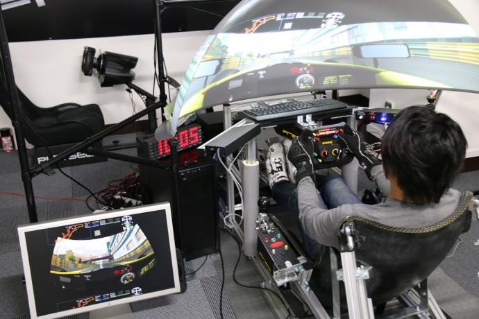今秋葉原で大人気!本物のF1ドライバーも練習につかう「レーシングシュミレーター」
