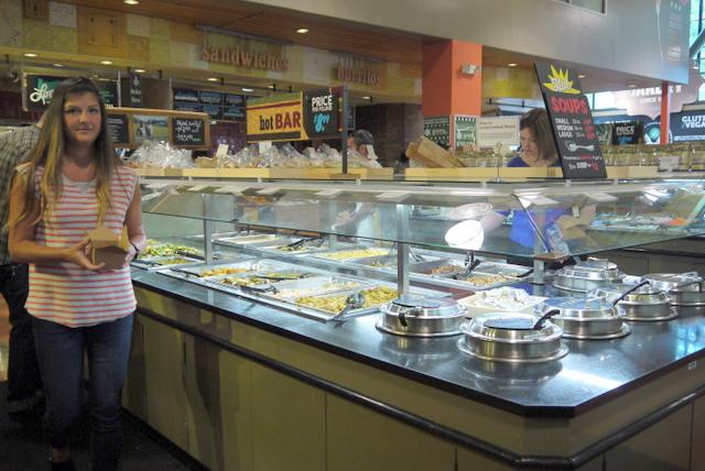 人気の惣菜ももちろん量り売り。生分解できるパッケージを使う。