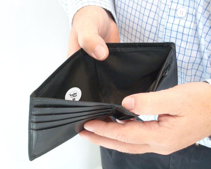 TrackerPadを財布に貼る