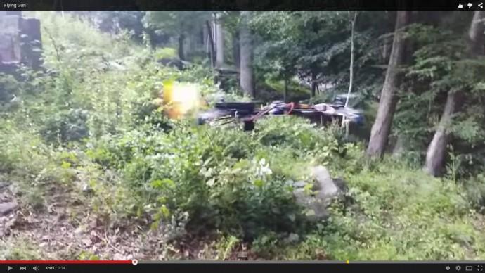 拳銃を撃つドローンの動画が210万回以上再生され、米FAAが調査に乗り出した