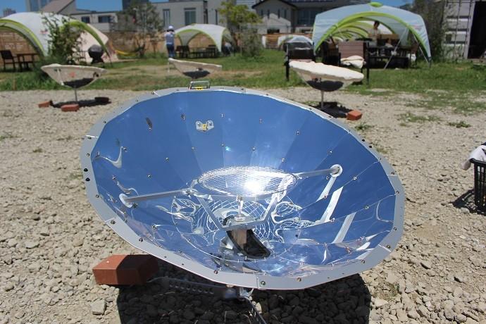 太陽光だけで200度の熱を発生させる調理器具「ソーラークッカー」
