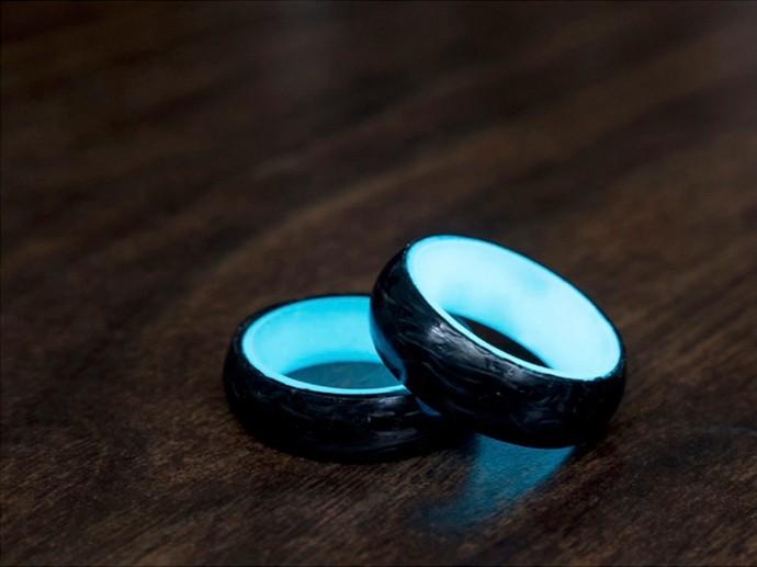 カーボン加工技術の進化を見せる「光る指輪」