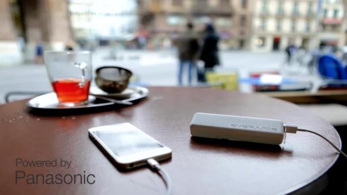 世界中のコンセントで使えて充電忘れも防げるモバイルバッテリー「STROM」