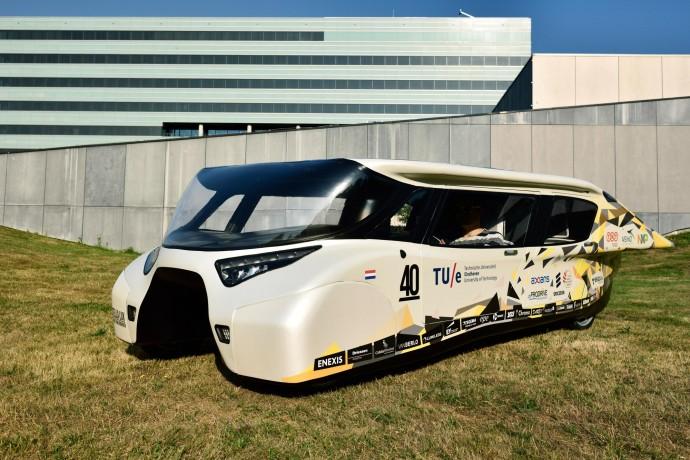 未来のファミリー車?オランダの大学生が作った4人乗りソーラーカー