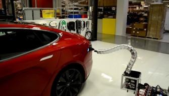 まるで●●…!? 高級EVのテスラが開発した「ヘビ型自動充電スタンド」がスゴイ
