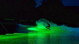 「ウェーブガーデン」の人工波をライトアップしたカラフルなナイトサーフィン