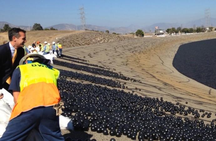 水不足を救えるか!? LA市長が「貯水池に大量の黒ボール」をぶち込む