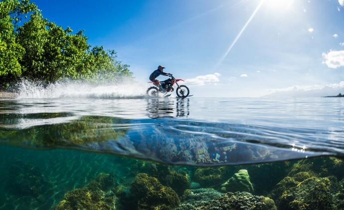 海上を走り! サーフィンまで! 仰天バイクアクション動画が大人気