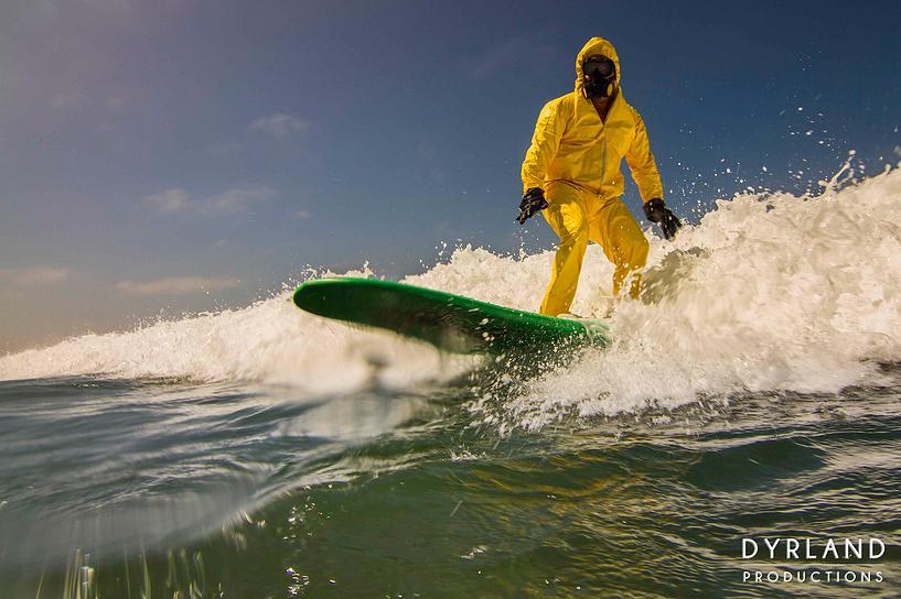 20年後のサーフウェアは防護服!?リアル海洋汚染が進行中