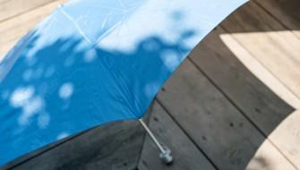 最大の難点をクリア!便利すぎな「雨水を搾りとる」折りたたみ傘