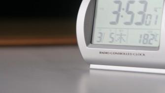 液体が泳ぐ、歩く、寝込む!? 驚くべき磁性流体のデジタル時計