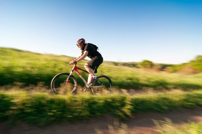 レンズの先にナビが!多機能な「サイクリング用スマートグラス」登場