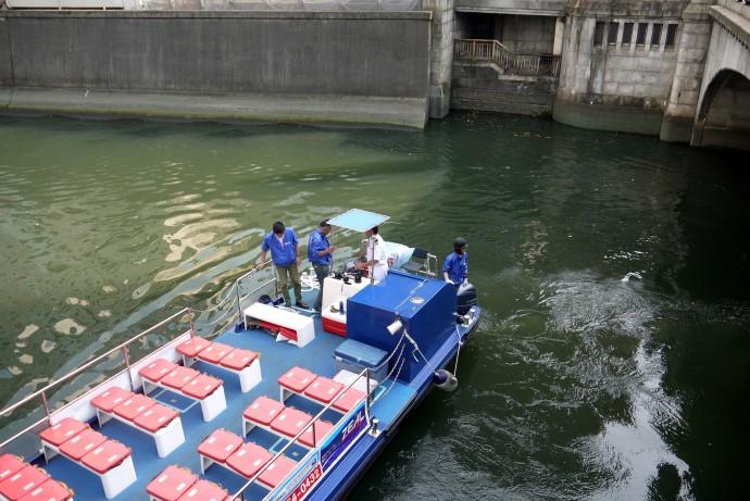 体験試乗はオープン型の運河船「ルーク号」で(筆者撮影)