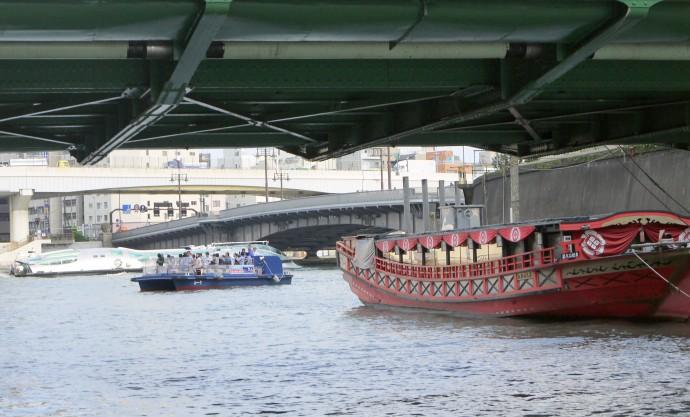隅田川と合流する柳橋付近は、屋台船や水上バスが交差する(筆者撮影)