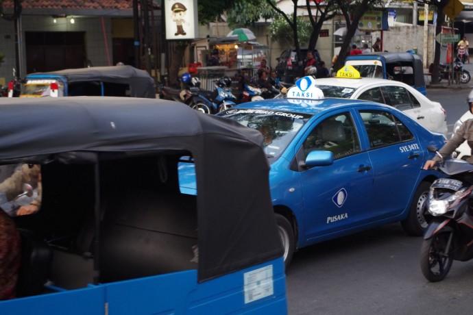 ジャカルタ・路上のタクシー(澤田オフィス提供)