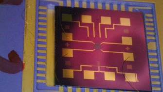 グラフェン酸化膜(中央)が電極を覆うチップ