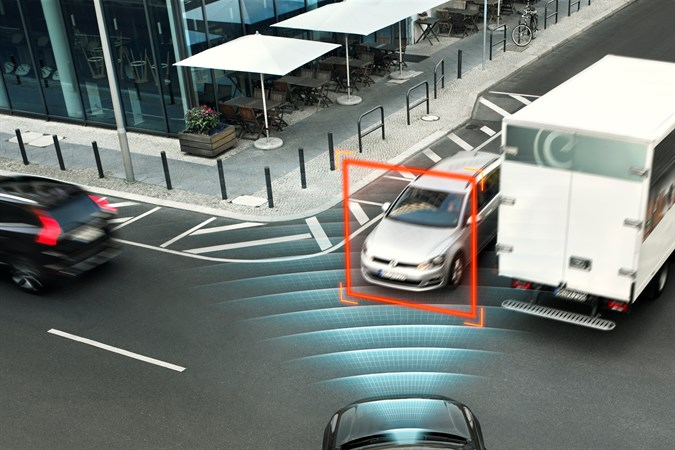 148211_City_Safety_with_auto_brake_in_intersections