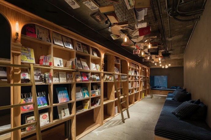 本棚とソファー