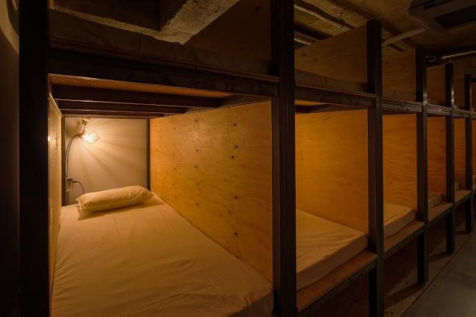 本棚とは離れたベッド