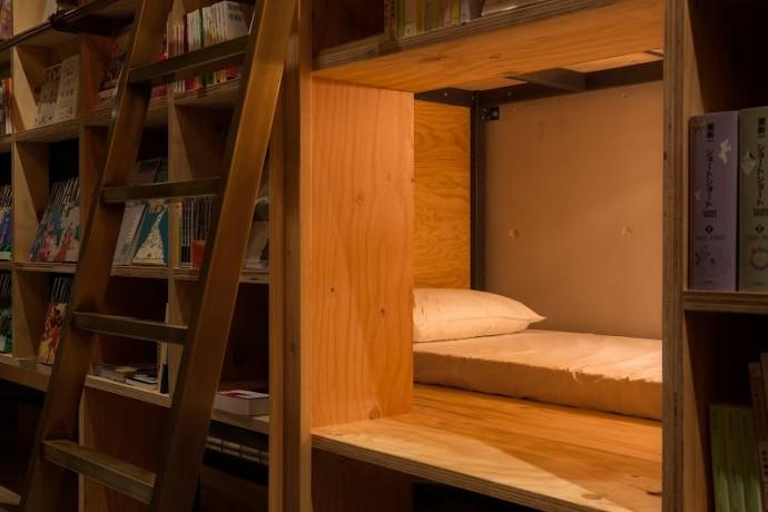 本棚の奥のベッド